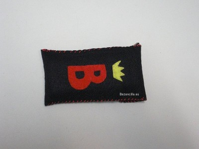 funda movil fieltro negro logo1