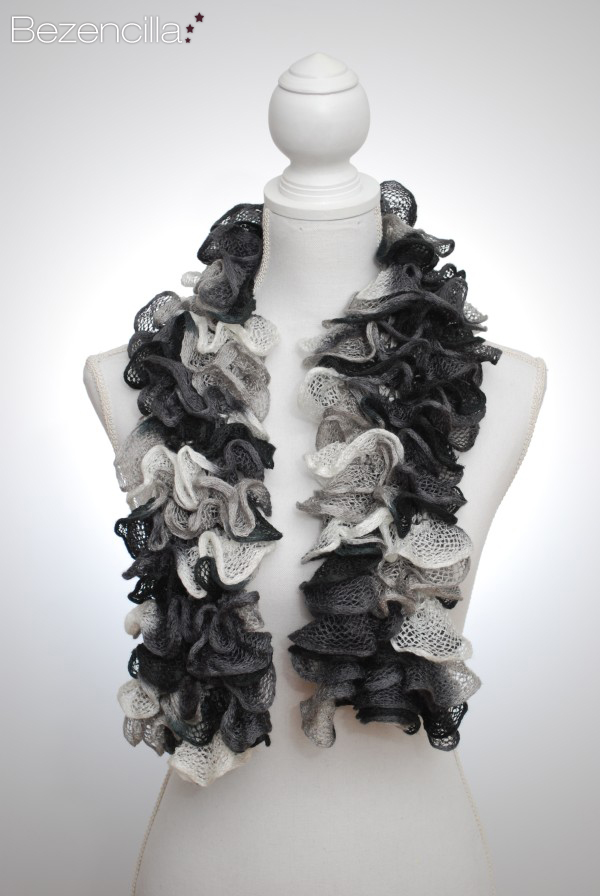 Black white ruffled scarf DSC_0127